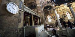 L'interno della chiesa con l'orologio fermo all'orario dell'attentato.