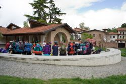 scouts reunidos en el patio de acogida