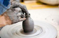 trabalho no torno da cerâmica