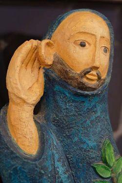 Monge à escuta, estátua em gesso