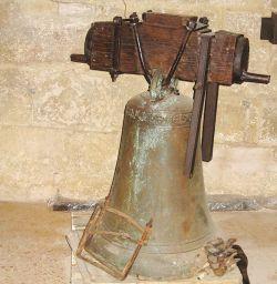 Campana maggiore della Pieve di Cellole, recante l'iscrizione che ricorda i nomi del campanaro e del pievano (fusione tra il 1254 e il 1260)