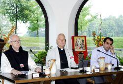 p. André Louf na mesa da presidência durante o Convénio Ecuménico Internacional de 2007