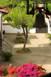 La campana D. Bonnhoffer en el patio interno de la comunidad